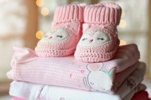 Pile de vêtements pour un bébé fille