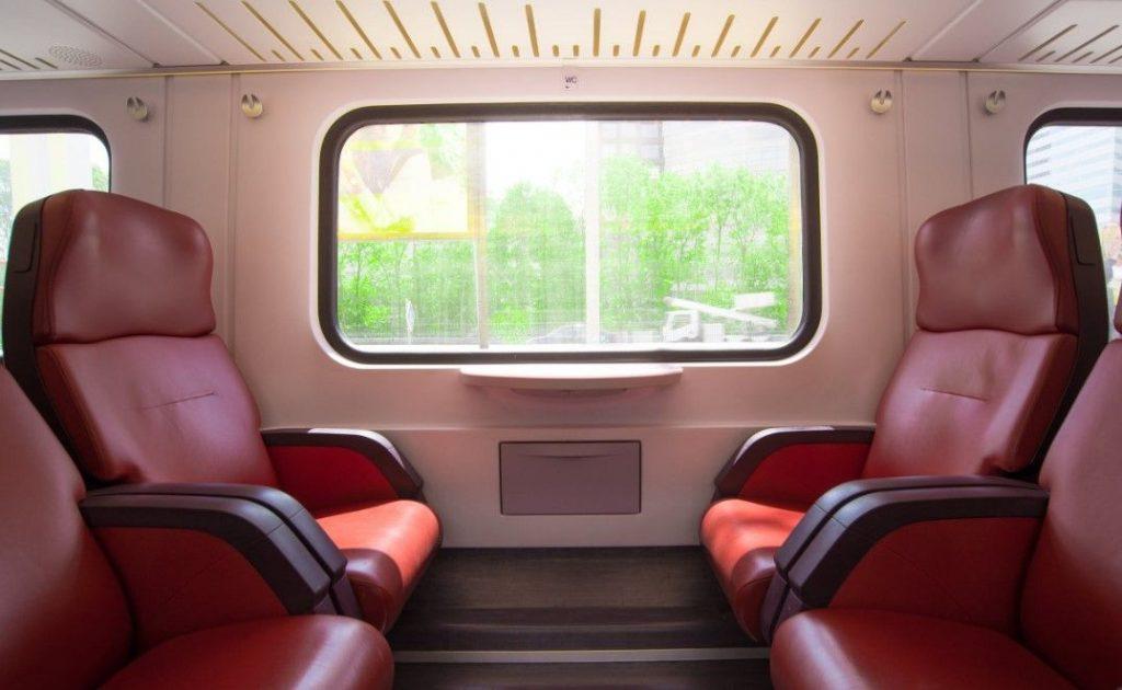 Famille qui s'apprête à voyager en train avec un bébé